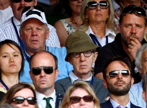 2009年ウィンブルドン男子シングルス決勝(フェデラー対ロディック)を観戦するウディ・アレン。そして右上にはなぜかラッセル・クロウがwww