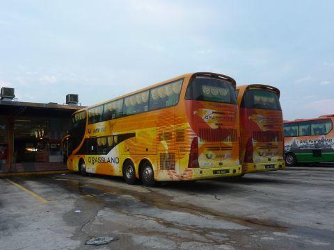 シンガポールからクアラルンプールへは6時間ちょっとのバスの旅。日本円約2,800円でファーストクラス並みの広さ&リクライニングでなかなか快適な旅でした!
