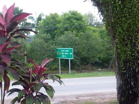 マレーシアで一番最初に撮った写真。高速道路サービスエリアから撮った道路です(笑) クアラルンプールはまだまだ先で、日本の高速道路と同じくいかにも山奥な道を走っていきます。